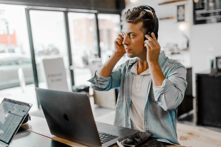 Homme écoutant de la musique en travaillant.