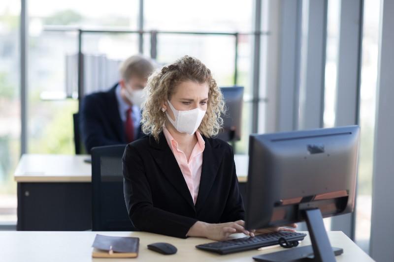 femme qui porte un masque au travail.